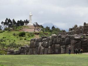 Die Festung Saqsaywamán, im Hintergrund erhebt sich die Statue Cristo Blanco