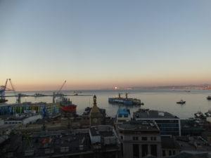 """Ausblick vom """"Paseo Gervasoni"""" auf den Hafen von Valparaíso"""
