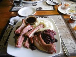Ein leckeres Mittagessen in der Kunstmann Brauerei von Valdivia.
