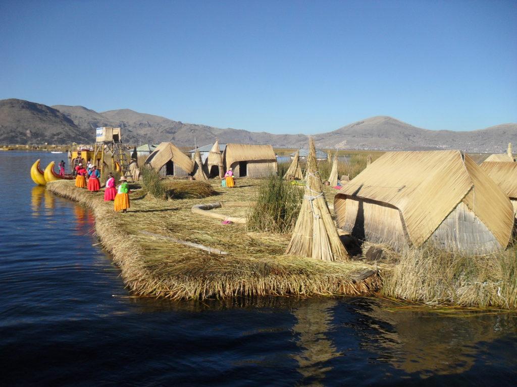 Die Schilfinseln der Uro am Lago Titicaca bei Puno
