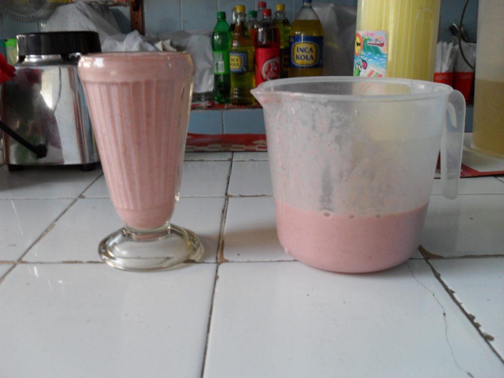 Frische Erdbeeren aus dem Mixer mit Milche, ein Genuss!