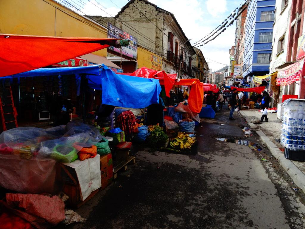 Aufgebaute Verkaufsstände in der Calle Paredes von La Paz