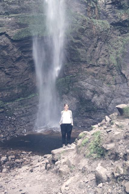 Nora vor dem Gocta-Wasserfall, mit 771 m ist es der dritthöchste Wasserfall der Erde