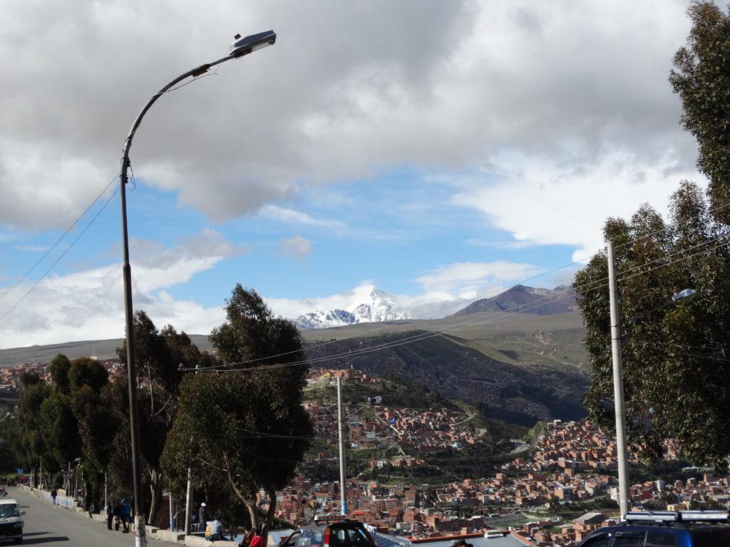Der Ausblick von El Alto auf La Paz, im Hintergrund erhebt sich der 6.439 m hohe Illimani.