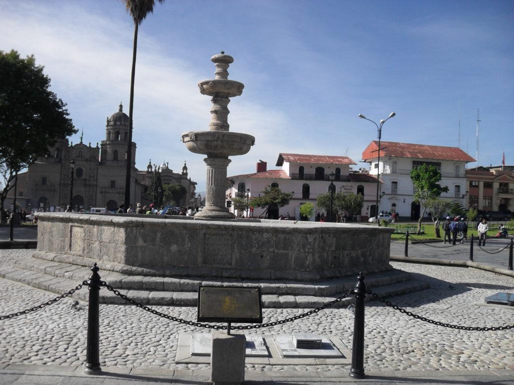 Der Brunnen im Zentralbereich der Plaza de Armas von Cajamarca
