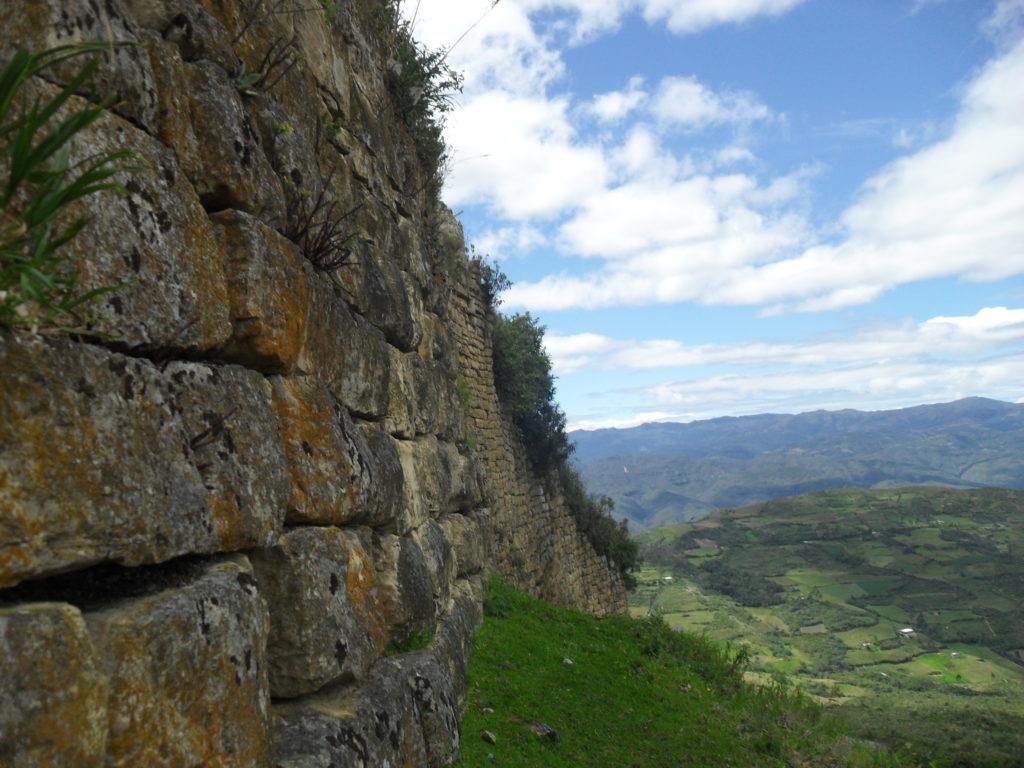 Die Außenmauern der Festung Kuelap