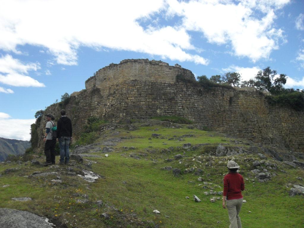 Die Südfront der Festung Kuélap. Die Kalkstein-Mauern sind bis zu 21 m hoch.