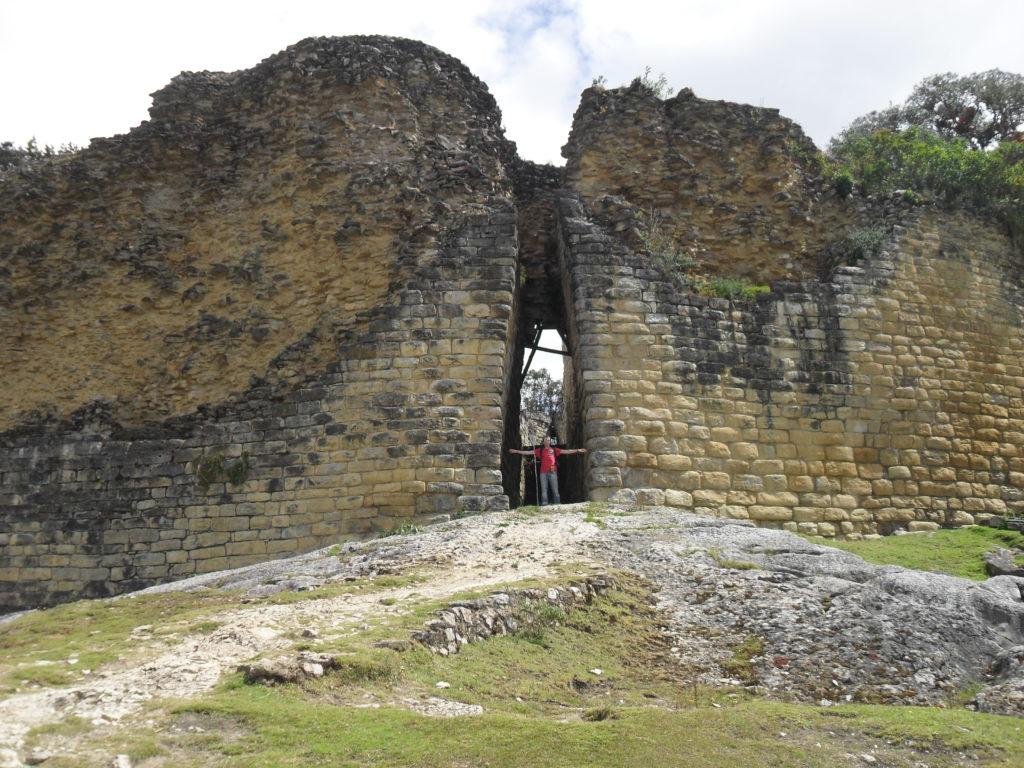Die Eingänge der Festung Kuélap sind extrem schmal