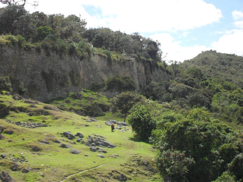 Pferde und Lamas am Fuße der Festung Kuelap