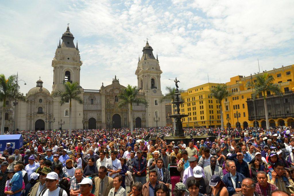 Ein lebhaftes Treiben an der schönen Plaza de Armas von Lima zum Festival Señor de los Milagros