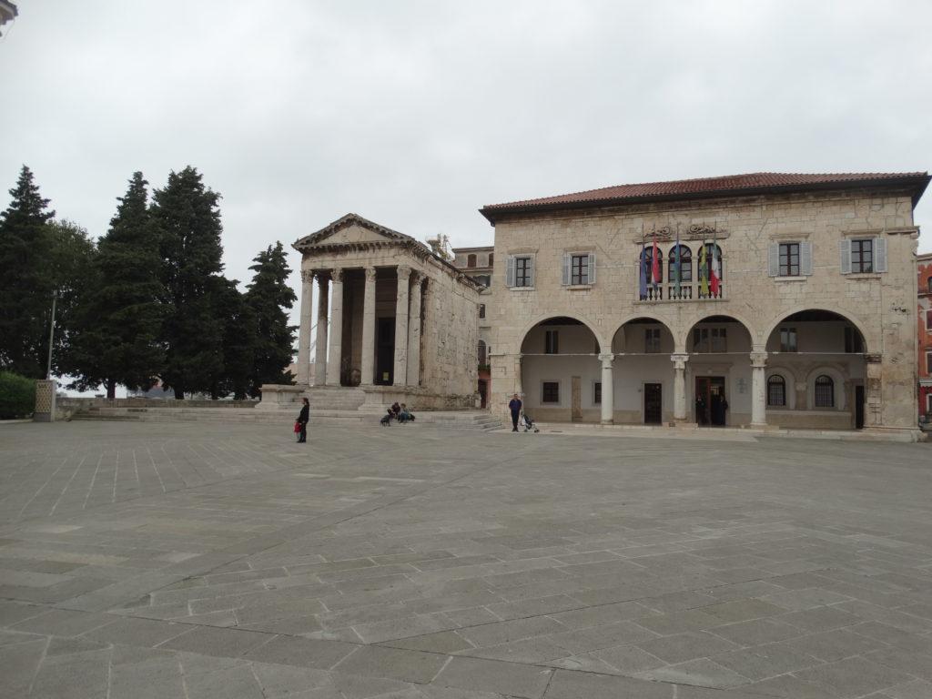 Das Forum: links der Augustustempel und daneben das Rathaus.