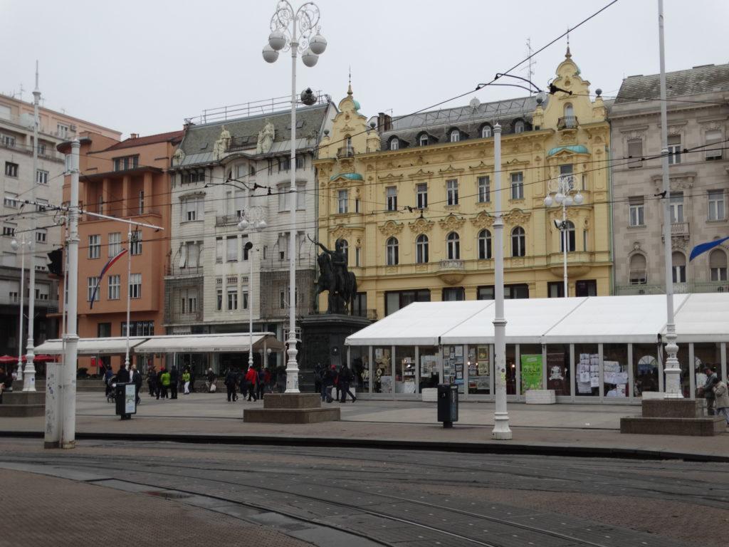 Der Ban-Jelacic-Platz von Zagreb, im Zentrum das Reiterstandbild von Joseph Jelačić von Bužim.