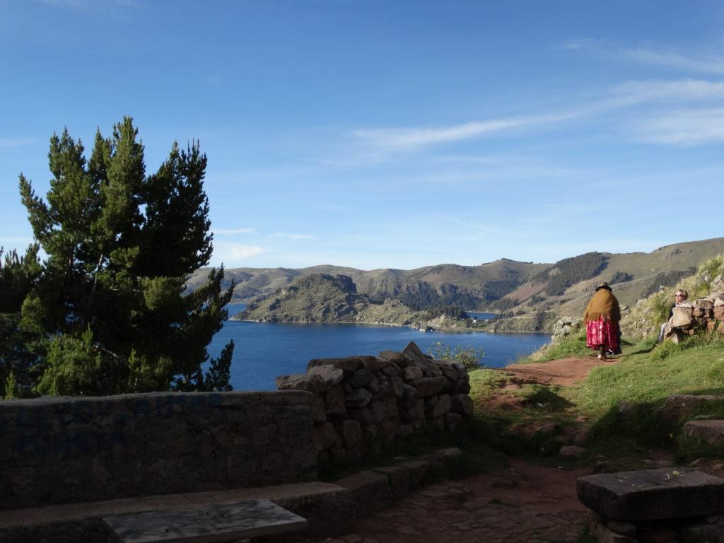 Auf dem Weg zum Cerro Santa Barbara. Zwei Bolivianas in traditioneller Tracht