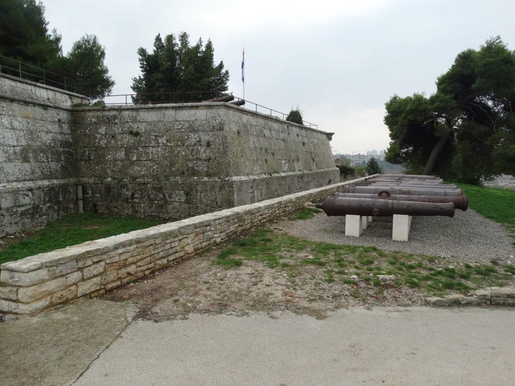 Das Kastell in Pula thront auf den höchsten Hügel der Stadt