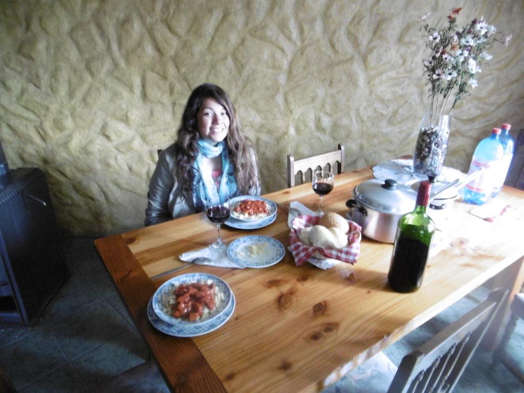 Pasta und Rotwein zum Abendbrot am letzten Abend im Hostal Victor in Pucón