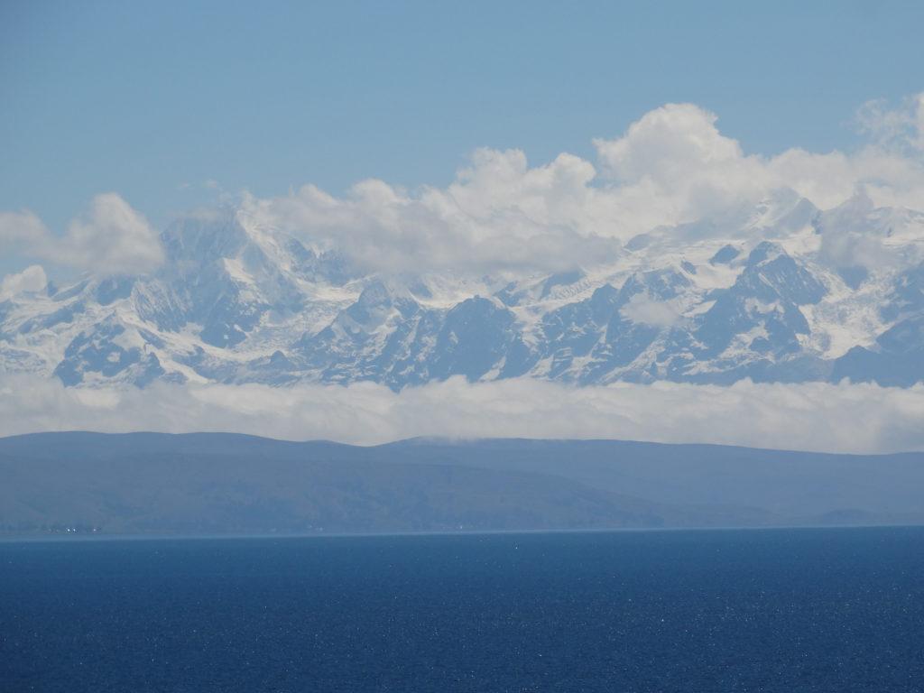Im Osten liegen die Gipfel der Cordillera Real de Bolivia