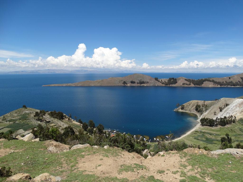 Beim Blick nach Westen erkenne ich hinter der u-förmigen Bucht schemenhaft das Festland von Peru