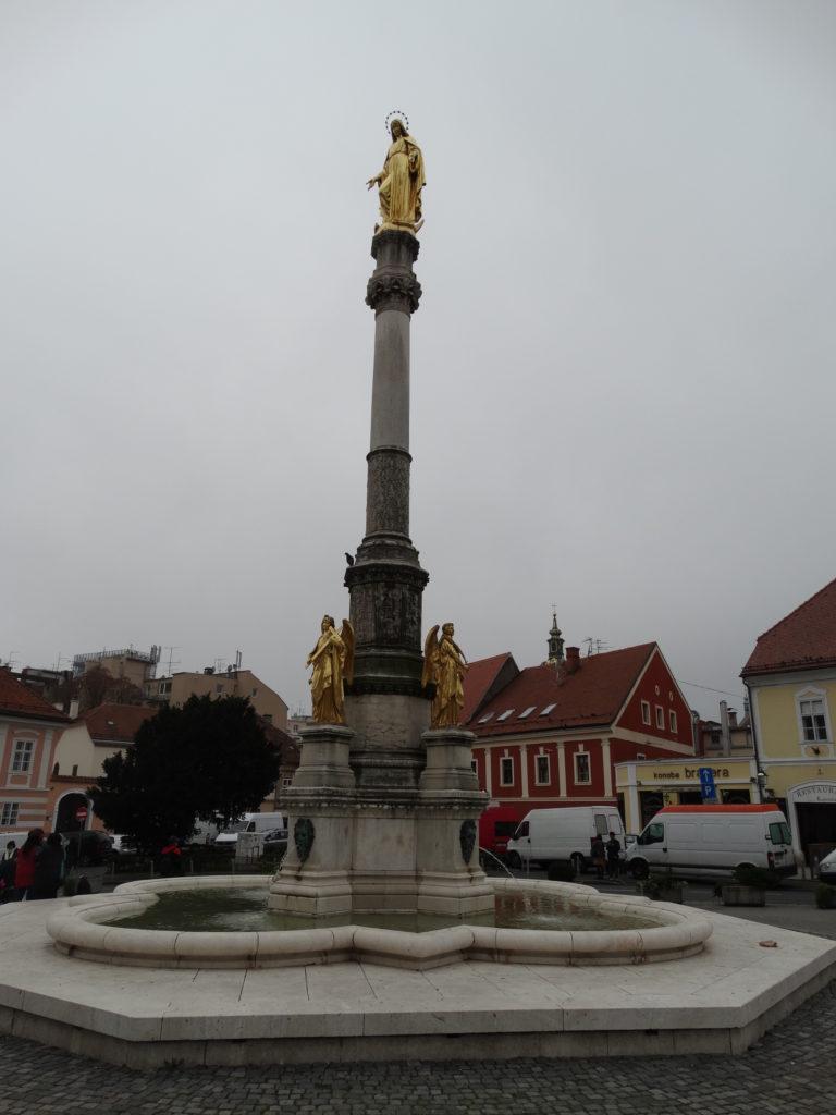 Der Brunnen der Mutter Gottes vor der Kathedrale.