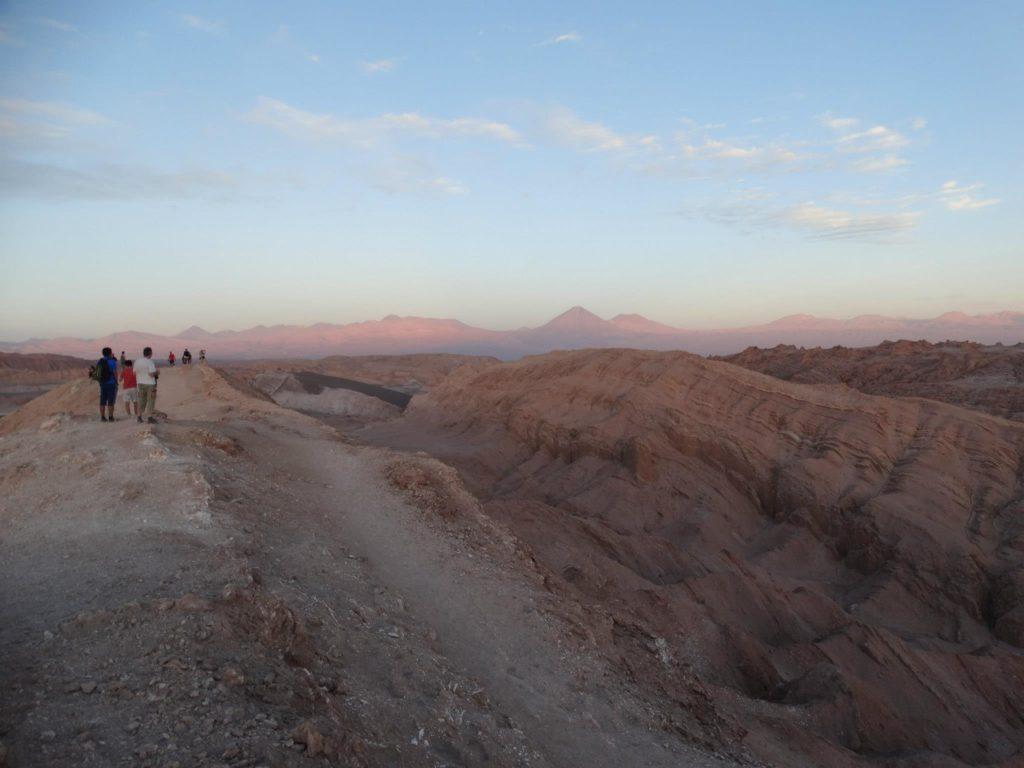 Ausblick von der Hauptdüne auf den Vulkan Licancabur während des Sonnenuntergangs